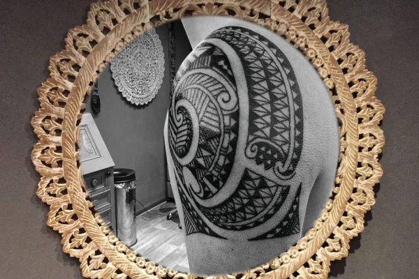 Maori tattoo schouder en bovenarm achterkant