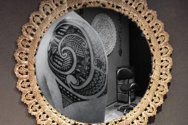 Maori tatoeage schouder en bovenarm voorkant