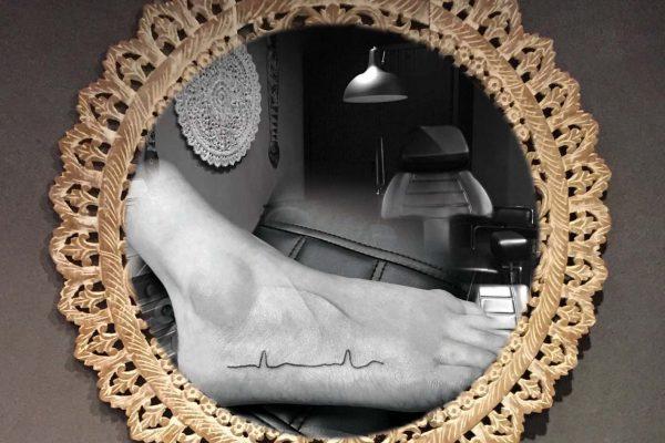 Hartslag tatoeage op zijkant voet