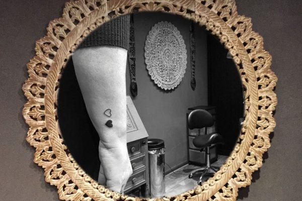 Hartjes tatoeage op pols moeder