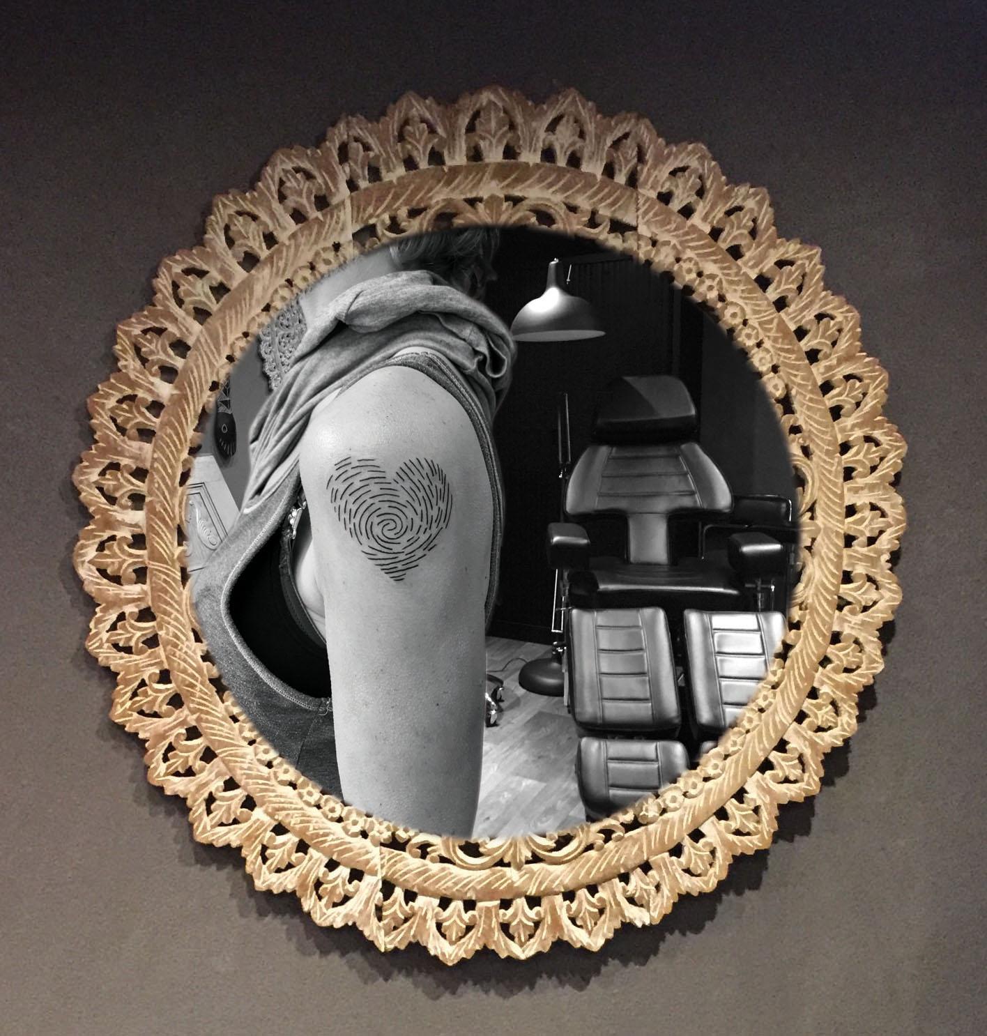Duimafdruk hartje tatoeage dame