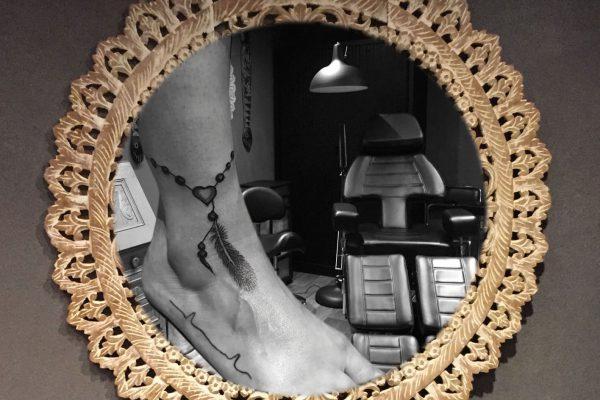 Rozenkrans enkelbandje tatoeage